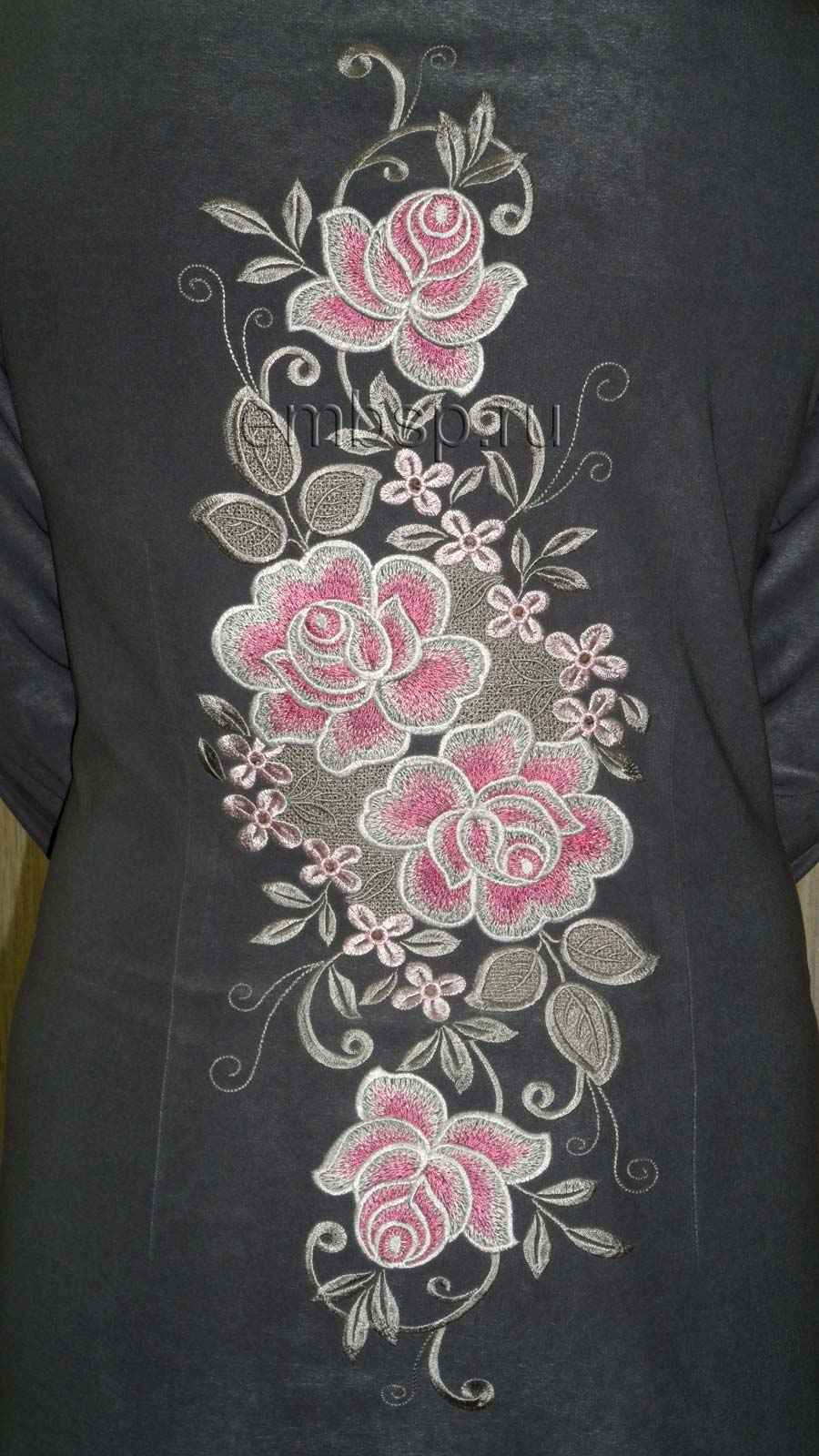 Вышивка на юбке в виде лилий фото